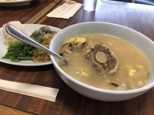 オットはまたまたカルビプレートを食べていましたが、私はオックステールスープにしました。このスープもおかず三種が選べます。前と同じチャプチエと緑の野菜と今回は紫芋の天ぷらにしました。結局私は、春雨と緑の野菜と芋が好きなのだと思います。ここのオックステールスープには野菜が入っています。あと卵も。<br /><br />