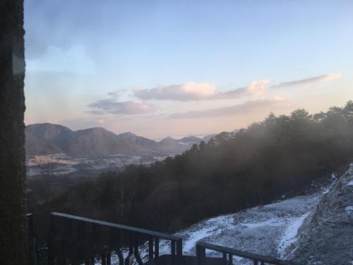 昨年12月に「いこいの村」に宿泊した時の眺め。辺りはうっすらと雪化粧している。