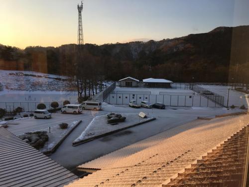 昨年12月「いこいの村」に宿泊した時の早朝の写真。辺り一面凍り付き、高台にある宿への坂道も凍り付き、宿へ来る自動車の上り下りにスリップしない様苦労する。