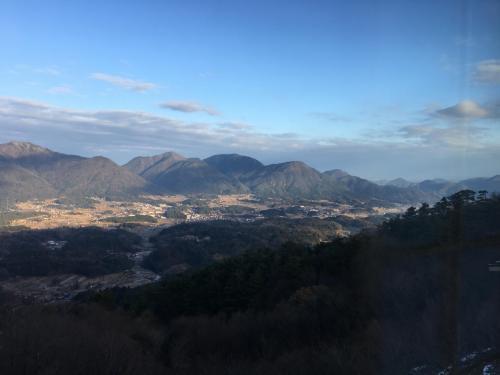 昨年12月、「いこいの村」から眺めた写真。下にくっきりと見えるのは、田舎の田んぼと街並