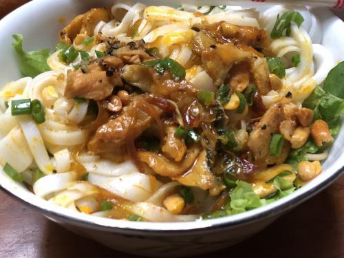 朝食からベトナム料理の麺。魚のカオラウ