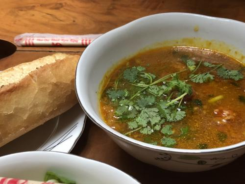 こちらはベトナムカレー。パン付