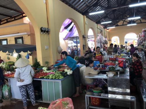少し歩けば、地元の人御用達の市場を発見
