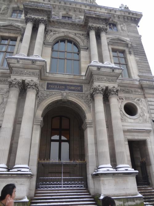 ルーブル美術館の建物を撮ります。