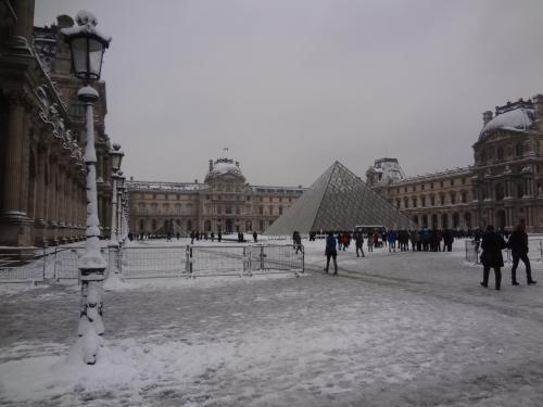 雪のルーブル美術館って珍しい?