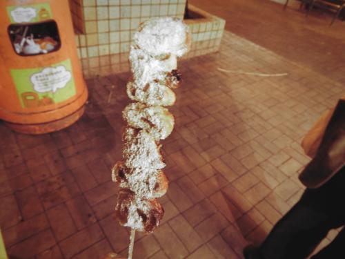 私はその隣の屋台で。<br />豚の腸を揚げて串にさした炸大腸と呼ばれるもの。<br />これで9香港ドル。<br />めちゃくちゃお気に入り。