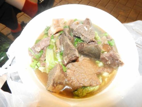 と、牛肉汁?麺と書かれたものを、<br />牛のいろんな部位が入ってました。<br />麺は、うどんかラーメン(出前一丁が主流)を選べます。<br />20香港ドルでした。