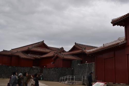 奉神門前の庭。<br />この先は真っ赤な建物ばかりです。