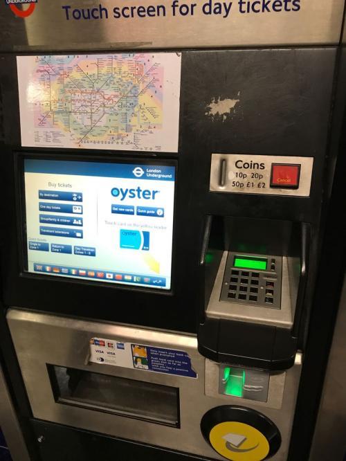 まずは地下鉄(こちらではtubeと呼ぶそうです)でピカデリーサーカスを目指します。<br />tubeやバスは、全てこのオイスターカードが使えます。<br />現金よりもかなり割安で、チャージしたり返金したりも可能です。<br />一日にいくら乗っても上限が決まっているので、たいへんお得です。<br />日本でもあらかじめビジター用オイスターカードを購入できるのですがこちらに来てからガイドさんに見てもらいながら買うつもりでした。<br />地下鉄駅内の券売機で買えます。<br />確か日本語もあったかな?