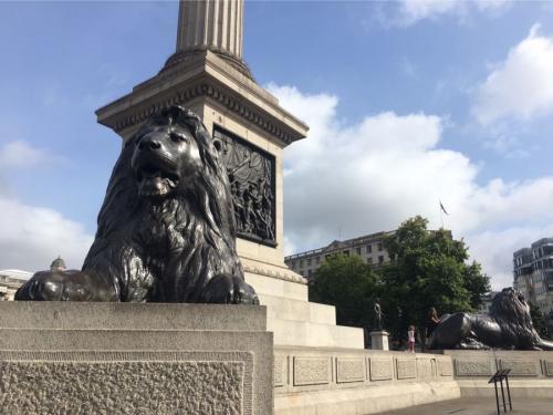 記念柱を四方に囲いたたずむライオン像。<br />『三越』のライオンはこれからきてるそうです。