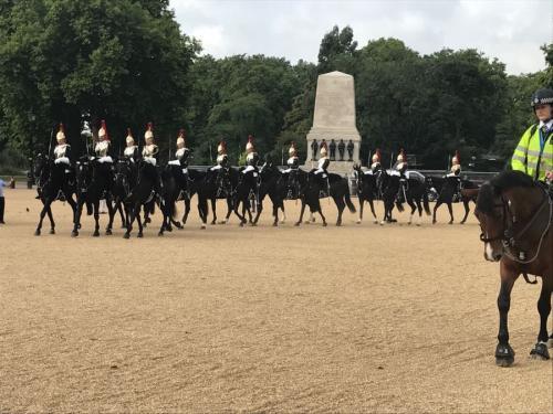 セント・ジェームス・パークに隣接する広場。午前中には王室騎馬隊の交代式が行われます。