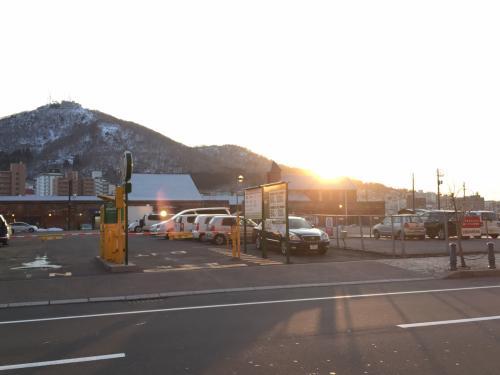 元町ベイエリア周遊号のバス待ち中に撮った函館山の写真。<br /><br />目指すは頂上!
