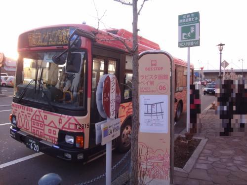 北海道・函館市『ラビスタ函館ベイ』のエントラスにあるバス停<br />「⑥ ラビスタ函館ベイ前」の写真。<br /><br />元町ベイエリア周遊号のバスがやってきたので乗り込みます。<br />(17:07発)<br />函館山の「ロープウェイ前」(「山麓」駅付近)には約15分で到着。