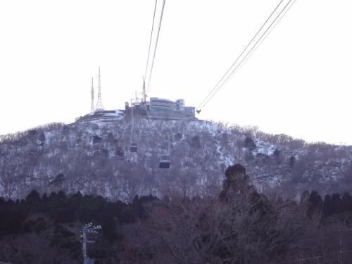 北海道・函館市 『函館山ロープウェイ』の写真。<br /><br />函館山の山頂を目指します。<br /><br />「函館」駅から函館山へ行き、展望台で見学後、「函館」駅まで<br />戻りたい方用のお得なセットも登場!冬期登るならこちらがお薦めです☆<br />(交通費)<br /><br />平成29年11月13日(月)より、函館駅前案内所にて、弊社ロープウェイ<br />シャトルバスと函館山ロープウェイの乗車料金がセットになっている、<br />大変お得な乗車券を販売いたします!<br /><br />◇ ロープウェイ提携券(シャトルバス、ロープウェイ乗車料金)<br /><br /><販売価格><br />大人 1,590円 小児 800円<br />(通常、大人 1,760円)<br /><br /><販売場所><br />函館バス 函館駅前案内所(函館市若松町12-11)   <br /><br /><乗車券内容><br />函館山ロープウェイ接続シャトルバス往復券、函館山ロープウェイ往復券<br /><br />http://www.hakobus.co.jp/news/index.html#20160319