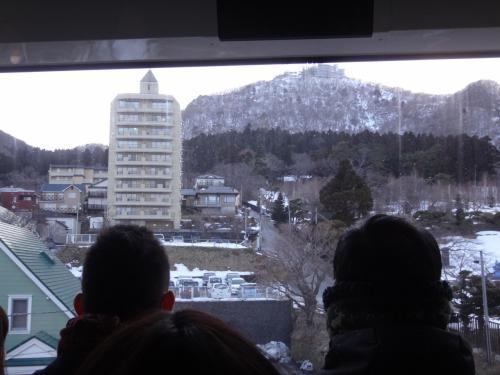 北海道・函館市 『函館山ロープウェイ』<br /><br />「山麓」駅~「山頂」駅までのロープウェイの中の写真。<br /><br />進行方向は人気ですね。それ以上に後ろ向きの方もお客さんがたくさん。