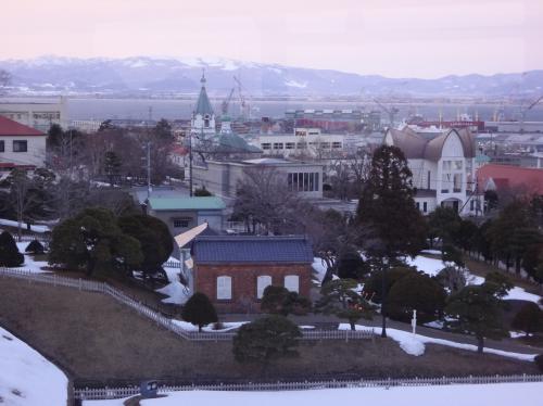北海道・函館市 『函館山ロープウェイ』<br /><br />「山麓」駅~「山頂」駅間をロープウェイに乗車中に撮った写真。<br /><br />翌日訪れる予定の元町エリア。<br />グリーンの尖った屋根の『函館ハリストス正教会』などが見えます。<br /><br />http://orthodox-hakodate.jp/