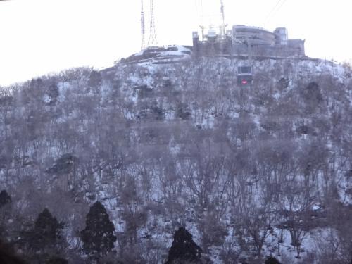 北海道・函館市 『函館山ロープウェイ』<br /><br />ロープウェイに乗車中に撮った写真。<br /><br />「山頂」駅から下りてくるロープウェイとすれ違います。