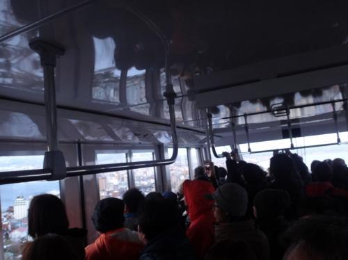 北海道・函館市 『函館山ロープウェイ』<br /><br />ロープウェイの車内の写真。<br /><br />進行方向後ろ側に乗った方が景色がよく見えますね・・・。<br />ギュウギュウ詰めです。C国の方が多い。