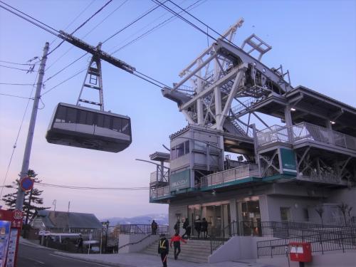 北海道・函館市 『函館山ロープウェイ』の写真。<br /><br />元町ベイエリア周遊号のバス停「ロープウェイ前」で降りるとすぐ<br />『函館山ロープウェイ』のりばが見えます。<br /><br />いい感じでロープウェイが撮れました。あれに乗って函館山に登るのね。