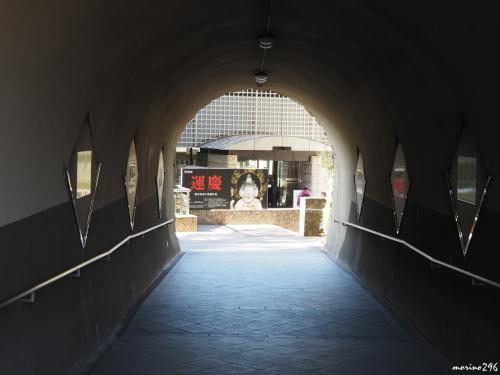 神奈川県立金沢文庫<br /><br />称名寺の左手にあるトンネルを抜けると県立金沢文庫があります。<br />金沢文庫は、我が国で現存する最古の武家文庫。<br />明治30年に伊藤博文の斡旋により、大宝院に金沢文庫が再建され、<br />関東大震災で被害を受けた後、昭和5年、神奈川県と大橋新太郎氏が費用を折半し、阿字が池の横の広場に「神奈川県立金沢文庫」を造りました。<br />平成2年、現在の場所に「県立金沢文庫」が建てられ、称名寺とつなぐ新しいトンネルも作られました。