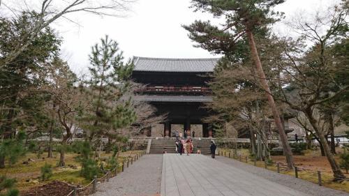 南禅寺です。<br /><br />まだ1月だからなのか?三門の前では着物を着た皆さんで記念撮影をしています。<br /><br />三門は別途拝観料を払うと絶景の上層部に上がることが出来ますが、今回は特に登りませんでした。