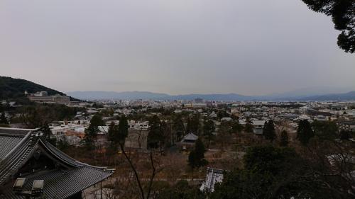 多宝堂まで上がると、京都の街が一望できます。<br />自分はよく鈴虫寺など嵯峨・嵐山方面に伺うので、西側から東側を望むのは結構見るんですが、東側から西側を見るのは、せいぜい清水寺に行った時くらい。<br /><br />京都市役所とか、ホテルオークラとかがよく見えています。