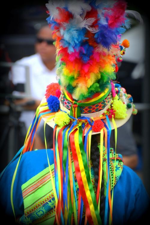 【ブラジルでボリビアカーニバル】<br /><br />子供たちも沢山参加し、道端で行うプレ(事前)カーニバルなので、ご愛敬なところもありますが、