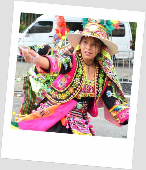 【ブラジルでボリビアカーニバル】<br /><br />一生懸命に踊る姿は、興味を覚える一方、微笑ましくもあります。