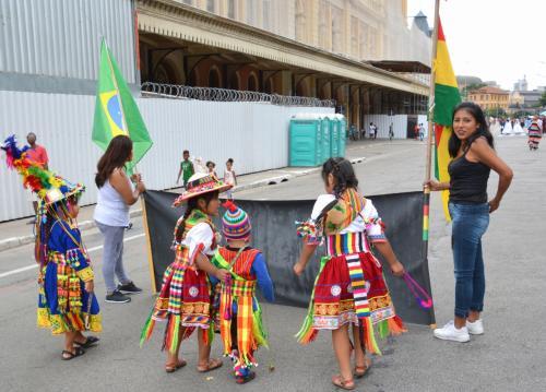 【ブラジルでボリビアカーニバル】<br /><br />お姉ちゃん達に励まされて......
