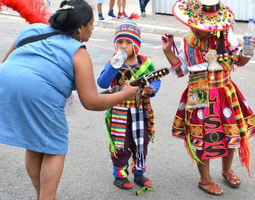 【ブラジルでボリビアカーニバル】<br /><br />お母さんも、水を飲ませたり.....
