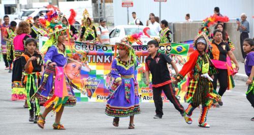 【ブラジルでボリビアカーニバル】<br /><br />子供達は....ちょっと、恥ずかしがっていたり.....