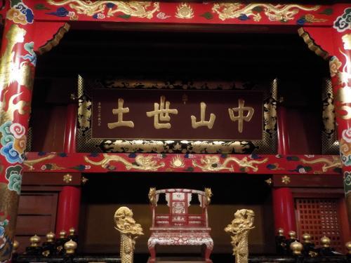 正殿に鎮座する、王様の椅子。