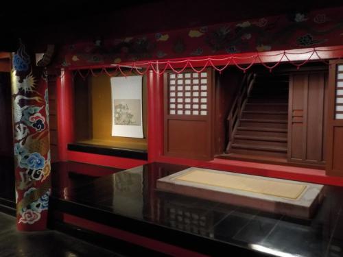 正殿の1階の王の座る場所。<br /><br />すぐ後には2階に続く階段があります。<br /><br />なんかすごく見入ってしまいました・・・