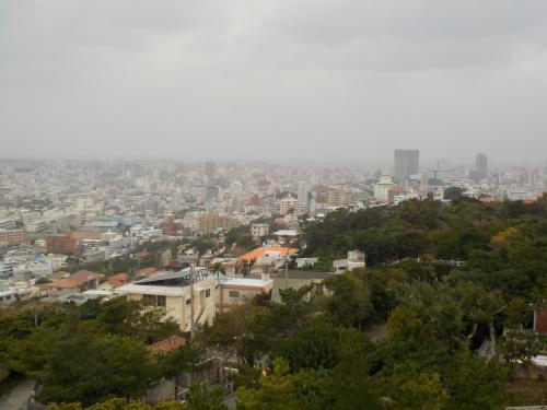 西のアザナ(展望台)にやって来ました。<br /><br />高台にあるので、今の那覇市内が一望できます。
