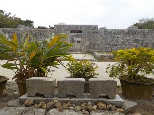 首里城をあとにして、すぐお隣の「玉陵」に来ました。<br /><br />ここは世界遺産ですが、あまり観光客がいませんね・・・