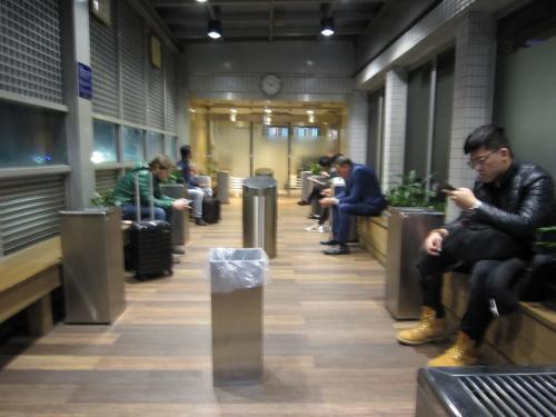さすがに22:00の喫煙室は空いてます。トレーナーだけでは寒い。<br />到着が遅れたけど、ターミナル1に到着。出発もターミナル1なので移動しなくてよくラッキー。至福の時間を堪能。