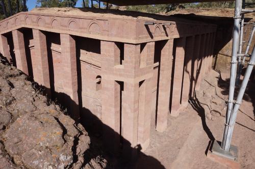 14時 ランチの後、第一教会群の見学をします。入口にて手荷物検査があります。<br /><br />はじめに聖救世主教会(メドハネ・アレム教会)に来ました。この岩窟教会は、一枚岩を掘り抜いて造られており、縦約33m、横22m、高さ約11mで、ラリベラの岩窟教会群の中で最大の規模を誇っています。