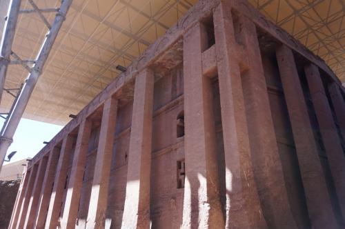 基礎レベルに下りてきました。<br />建物の周りは、32本の角柱が取り囲んでおり、古代ギリシャ神殿のような外観です。<br />建物全体は、雨などで浸食されないようにテントで覆われています。