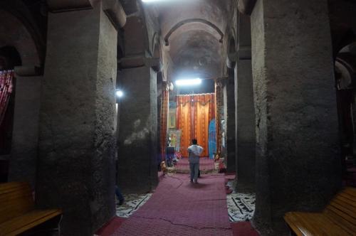 祭壇脇に、聖書に登場するアブラハム、イサク、ヤコブの墓のレプリカが安置されています。