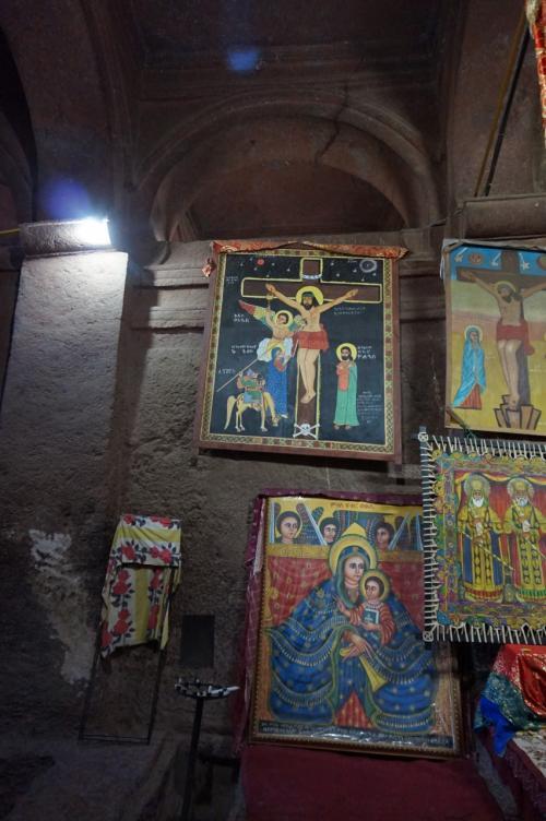 正面の祭壇に掲げられているカラフルな宗教画。