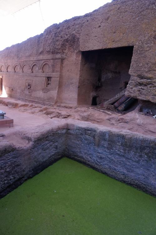 聖マリア教会脇には、洗礼を受けるためのプールがあります。このプールに浸かると子宝にも恵まれるそうです。