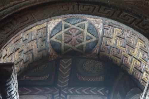 聖マリア教会内部です。<br />柱や天井アーチには、エチオピア正教の星マークや、素晴らしい装飾が施されております。<br />壁面にも、聖書から引用した場面をモチーフにした色鮮やかなフレスコ画が描かれています。