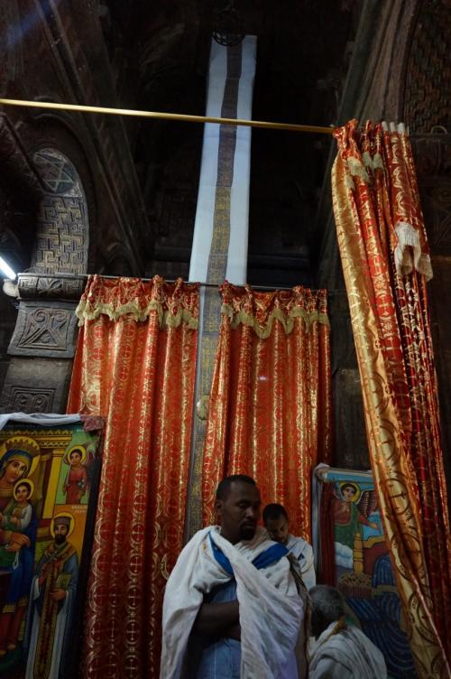 白い布で覆われている柱は、人類の発祥と週末を象徴するフレスコ画あるらしいのですが、見ることはできません。
