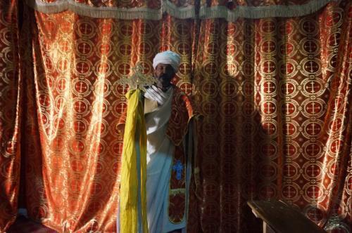 司祭は、白い布は取ってくれませんでしたが、中から十字架を持ちだして見せてくれました。