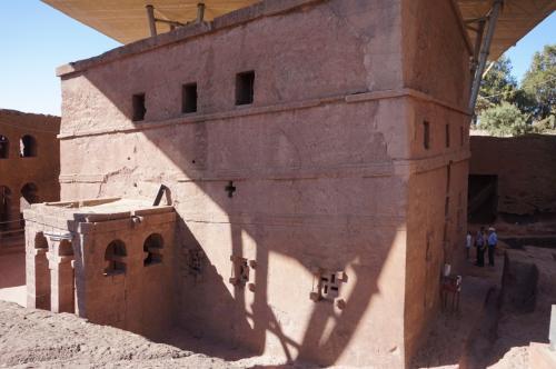岩壁のトンネルを潜った先にあるのが、聖マリア教会。<br /><br />12世紀末頃からラリベラの岩窟教会群の建設が始まったと言われていますが、この聖マリア教会がラリベラの岩窟教会群の中で、最初に建設されたと考えられています。