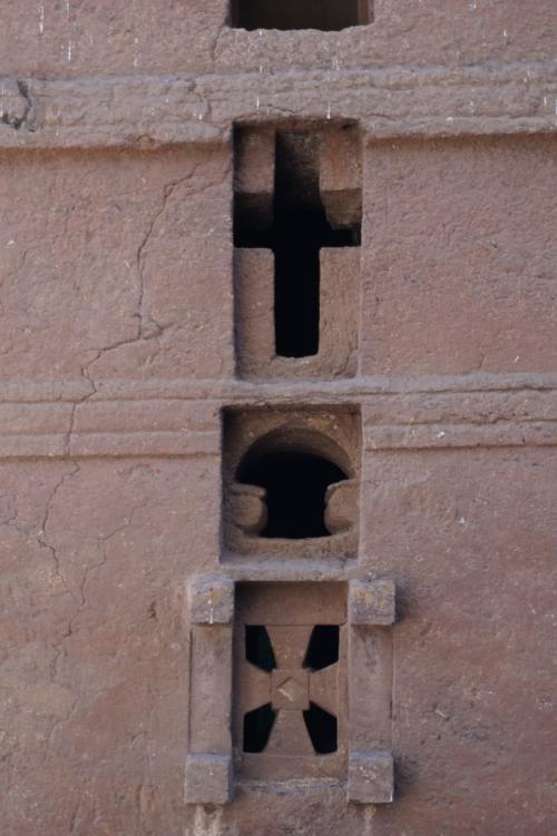 建物に造られているそれぞれ形が違った窓は、三位一体を表しているとのこと。中央のクロスは「キリスト」下は「ベツレヘム」を表わすそうです。