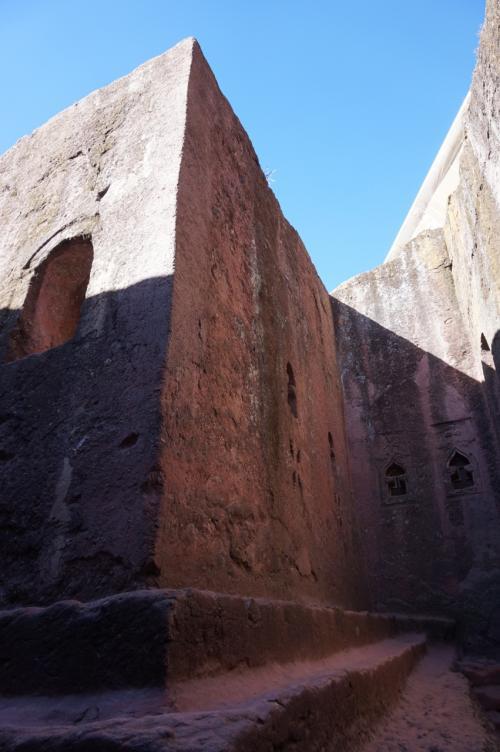 聖マリア教会の隣にあるのが、岩窟教会群を建造したラリベラ王の墓所だと言われている聖ゴルゴダ教会と聖ミカエル教会です。2つの教会は中でつながっています。<br /><br />4世紀にエチオピアにキリスト教が伝わり、その後、エチオピア正教として成長し、多くの信者らは、エルサレムへの聖地巡礼を目指すことになります。しかし、7世紀以降、イスラム勢力によりエルサレムが占拠されたために、エルサレム巡礼ができなくなります。それを悲しんだラリベラ王は、ここに第二のエルサレムを作ろうと決意し、長い年月をかけて岩窟教会群を建立したと言われています。<br />このゴルゴダ教会はイスラエルのゴルゴダの丘にちなんだ名前とのことです。