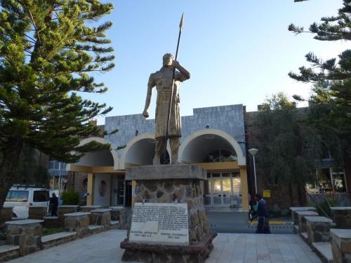 ダナキル砂漠と北エチオピアを訪ねる・・・・・コンダールの続きです。<br /><br />1月15日 8時30分 コンダールの空港着。空港前にある銅像。<br />この日は、コンダールから空路ラリベラに向かいます。