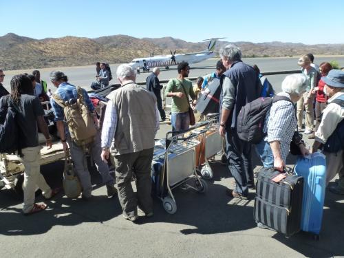 スーツケースは、空港内の敷地にて、荷台から各自取り出します。