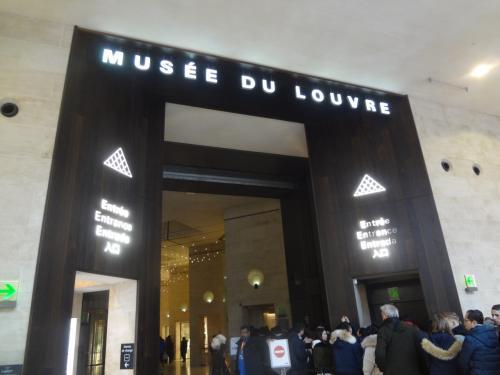 ルーブル美術館の入口。